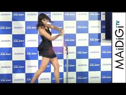 """稲村亜美、セクシーなネグリジェ姿で""""神スイング"""" 「ASLEEP」新CM発表会2"""