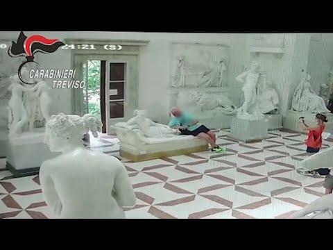 Turista mutila estátua ao tirar selfie em museu na Itália