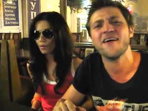 парень с девушкой офигенно поют