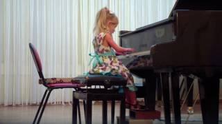 Элина 4 года  (1 декабря 2016) Концерт в ДШИ им. Л.В. Собинова - А. Дольский - 'Пианист'