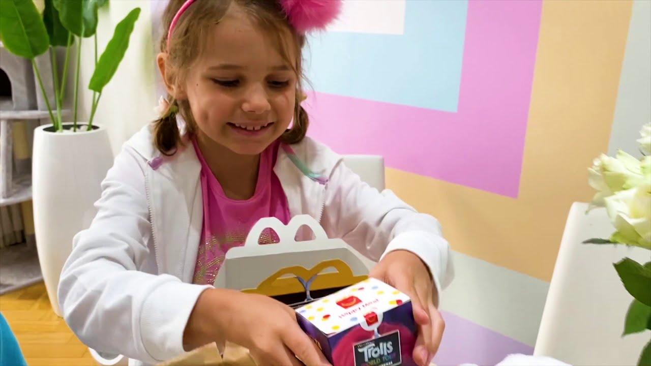 Катя и Макс одеваю в маски в магазине игрушек