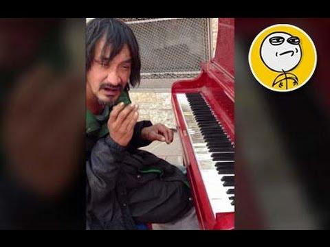 Mendigo que toca hermoso el piano • IN-CREIBLE