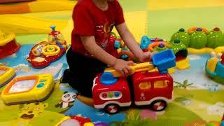► Мальчик играет красной машинкой в детской комнате. Видео для детей.