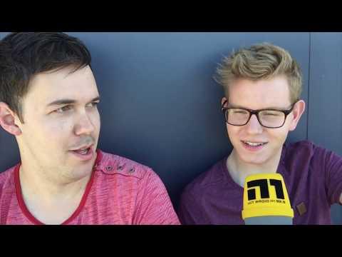 Michel interviewt den Klavierspieler vom Coldplay-Konzert.
