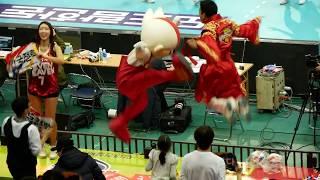 180104 배구 한국전력 vs 삼성화재,  김상헌 응원단장에게 물 갖다 준 빛돌이