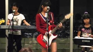 小学生4人のガールズバンド Cloudy Star☆ です。 少年ナイフのカバーで...