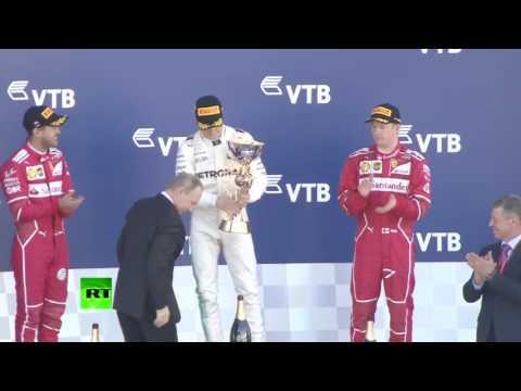 普京给俄罗斯《一级方程式》赛车的优胜者颁奖
