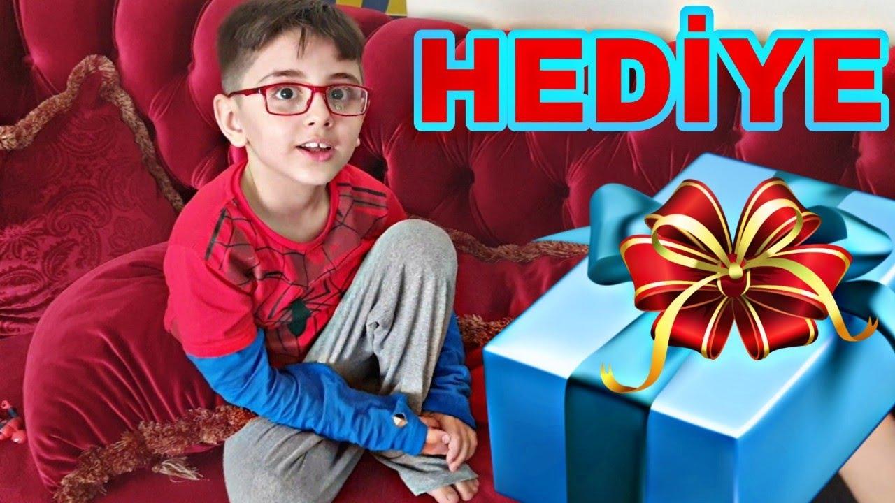 Efe annesine sürpriz hediye aldı. Annesi çok mutlu oldu.