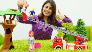Ayşe ve Chelsea itfaiye arabası ile köpeği kurtarıyor. Kız oyuncakları.
