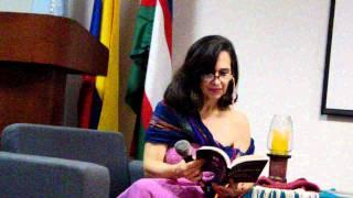 Ana María Gómez lee sus poemas del libro Poetas en la UCEVA.