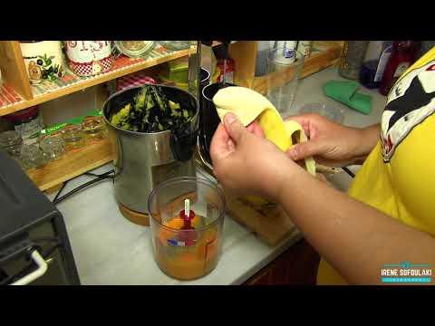 Making a smoothie / Φρουτοποτό