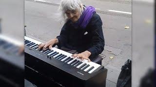 Die 80 Jährige setzt sich an das Klavier - die Passanten bleiben stehen und sind sprachlos