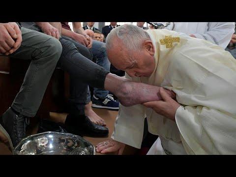 شاهد: البابا فرانسيس يغسل ويقبل أقدام سجناء في خميس العهد…