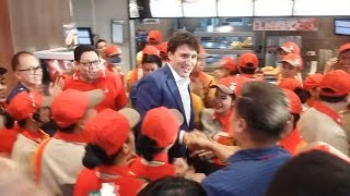 Justin Trudeau mobbed at Jollibee as he orders fried chicken in Manila