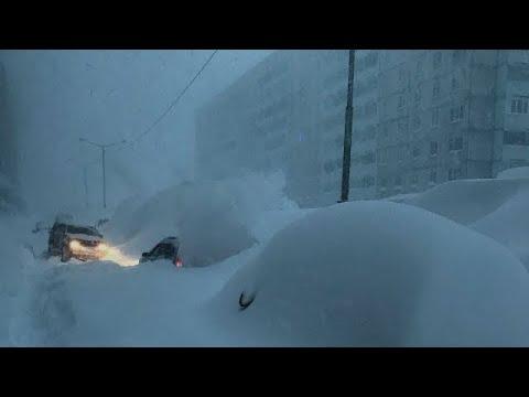 عاصفة ثلجية لا تصدق تضرب روسيا ، كراسنويارسكي كراي! جبال من الثلوج تغمر البنايات