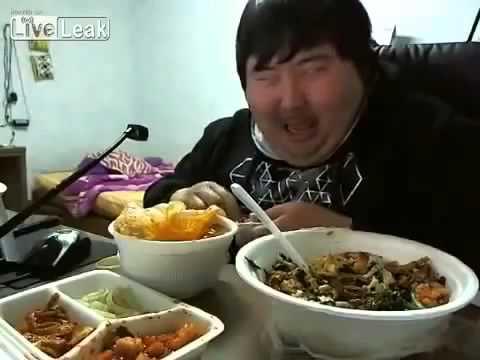 Yemek Yerken Kendinden Geçen Şişman...