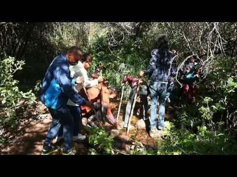 P5250385   Botswanen steken beekje over in Moremi Gorge