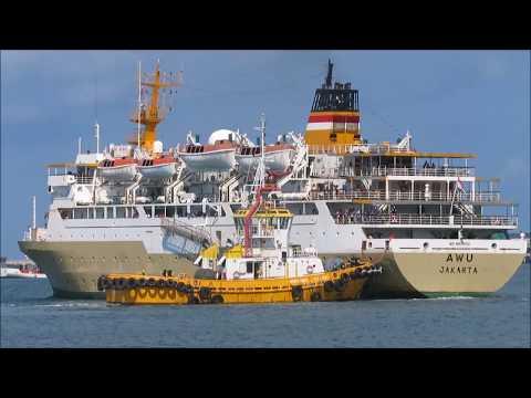 Kapal Pelni KM Awu Memasuki Pelabahan Benoa di Bali