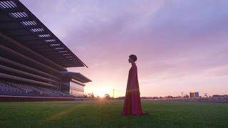 木村カエラが、日の出とともに無人の東京競馬場で、一人芝コース上に立...