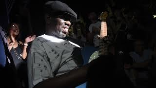 Lucky Peterson tocando entre el público en La Axerquía (11-07-19)