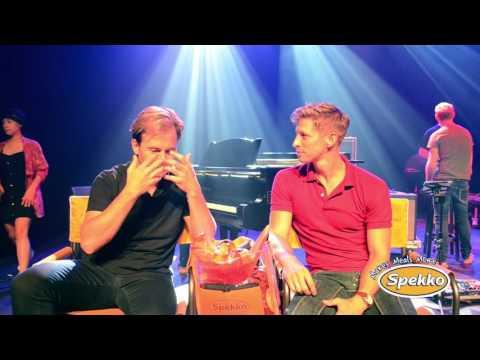 STERRE - Willem Botha gesels met Charl du Plessis by die KKNK 2016
