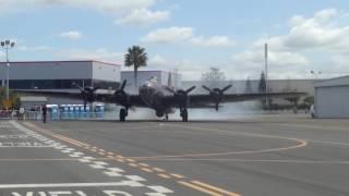 B-17 爆撃機 エンジンスタート .  B-17 Flying Fortress Engine Starts Bomber in Hayward, USA