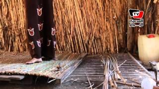على طريقة «الفراعنة»: أسرة تعيش على النيل وتصنع من «البردى» حصيراً