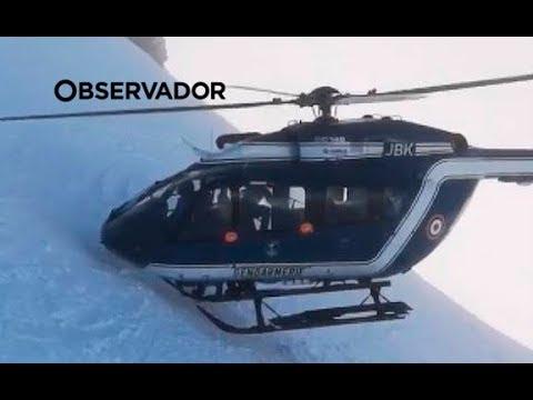Um helicóptero de nariz na neve. Filme de um resgate inacreditável nos Alpes
