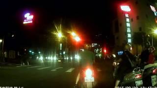 行車紀錄畫面20150920-2:MAV-7769、912-JDX兩位騎士 前者疑似疲勞駕駛 後者剪線超車 安全觀念有待加強