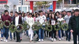 Report TV - Tragjedia e Otrantos, familjarët dhimbje e lot, lule në det për viktimat