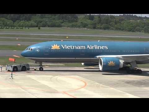 Máy bay Boeing 777 của Vietnam Airlines cất cánh
