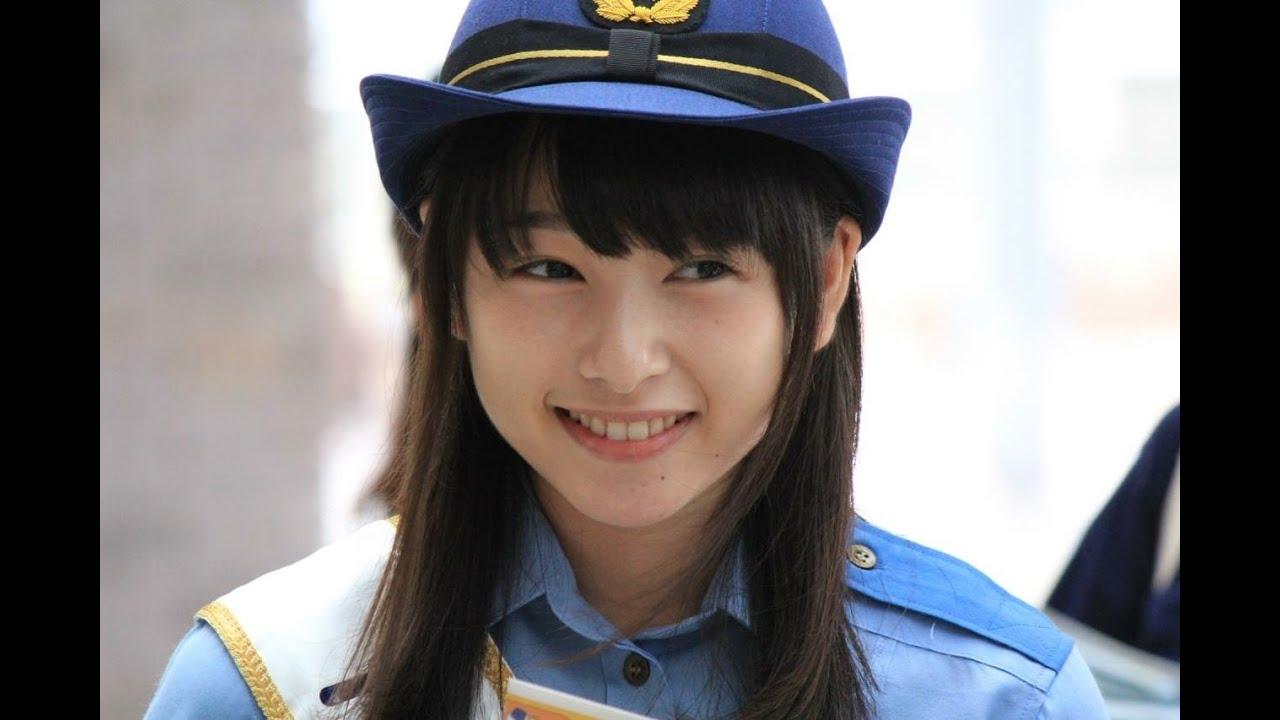 ビシっと制服を着こなして微笑む桜井日奈子