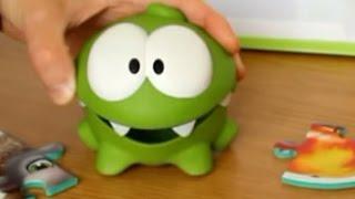 Відео з іграшок Ам ням збирає пазли диких тварин з Киндерино Om Nom