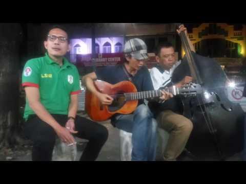 BONGKAR-IWAN FALS(SWAMI)-Musisi Jalanan Malioboro2 bersama Syaifuddin munis. Asyik dan keren.