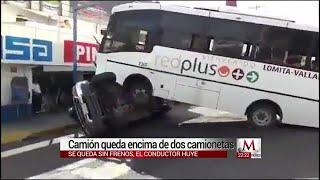 Camión queda encima de dos camionetas en Culiacán