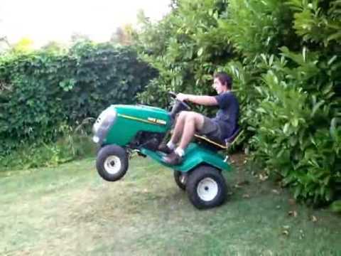freestyle stunt tracteur tondeuse chute youtube. Black Bedroom Furniture Sets. Home Design Ideas