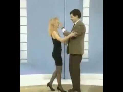 Macho Alfa saludando a una mujer