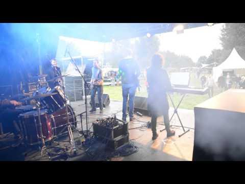 Eröffnung Franz Bühne beim Friedensfestival Neuschoo 2015 durch unsere Band Not Yet. Stage Video 1/2
