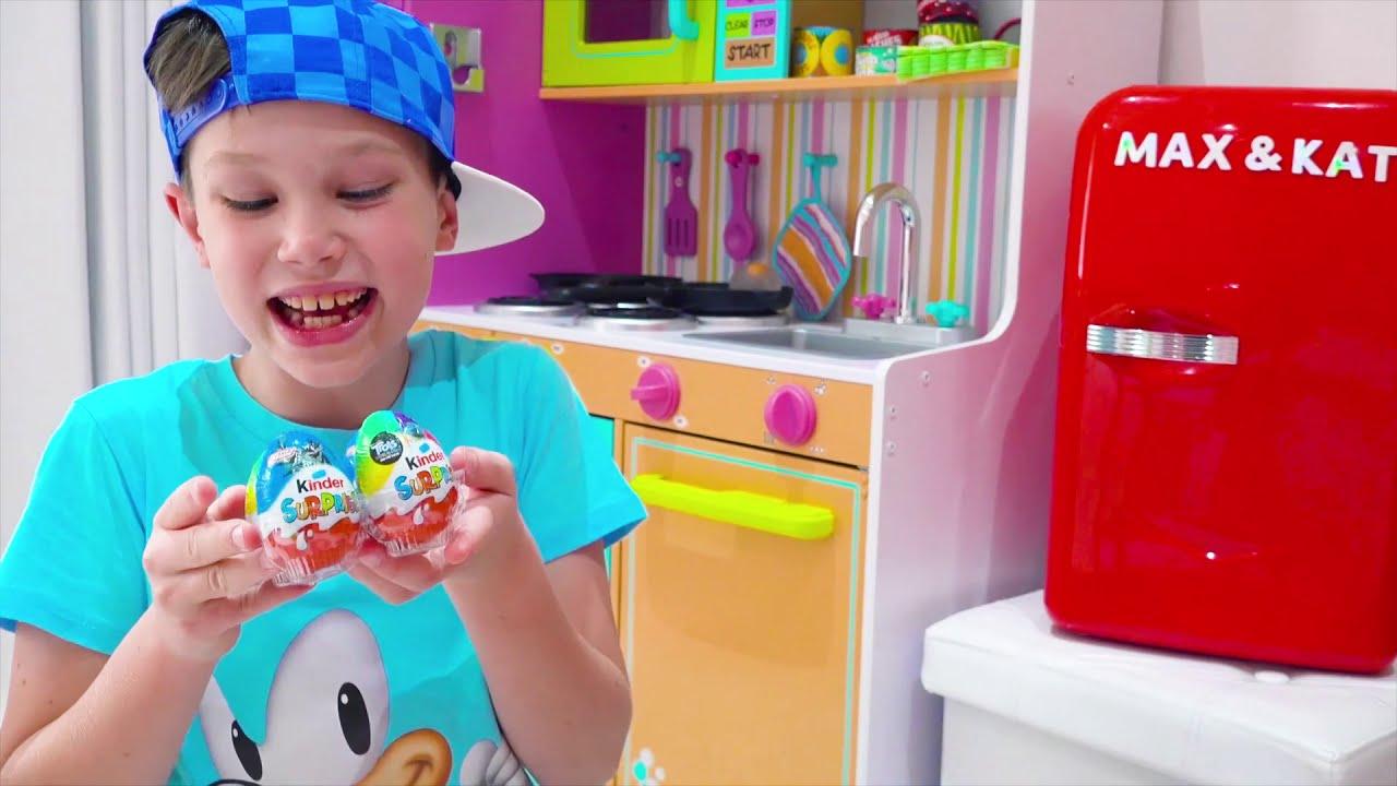 Катя и Макс играют с холодильником