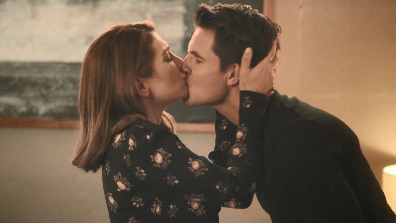 Desperados Kiss Scene Robbie Amell And Nasim Pedrad Youtube