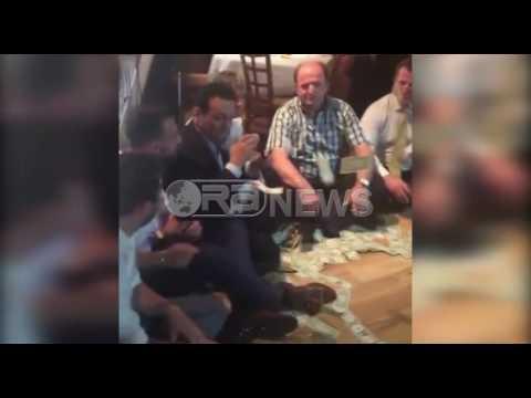Ora News – SHBA, dollarët hidhen si letra kur këndon Gëzim Nika