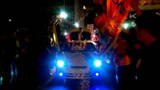 Galatasaraylı Taraftarların Şampiyonluğu 'KOLBASTI' Oynayarak Kutlaması :)
