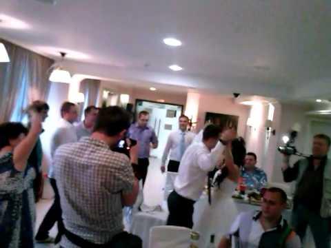 Друзья поют на свадьбе