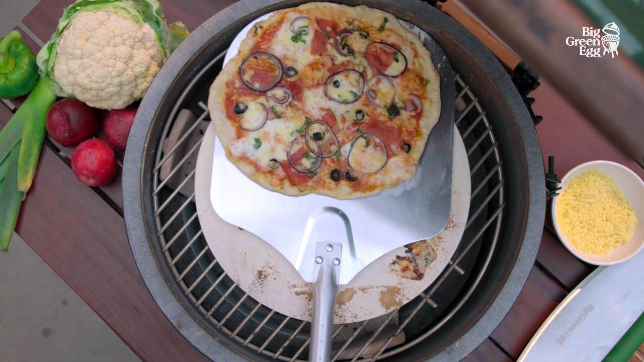 Werken met de pizzasteen big green egg instructies youtube for Pizza bakken op tafel