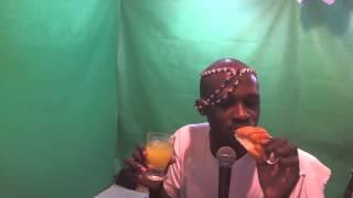 Il mange le croissant et bois le Jus Orange passion dans l
