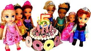 Little Elsa's BIRTHDAY party ! Elsa and Anna Toddlers | Party with friends | Surprise Gifts | Cake