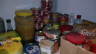 Запаси консервів та запаси води на випадок БЖ