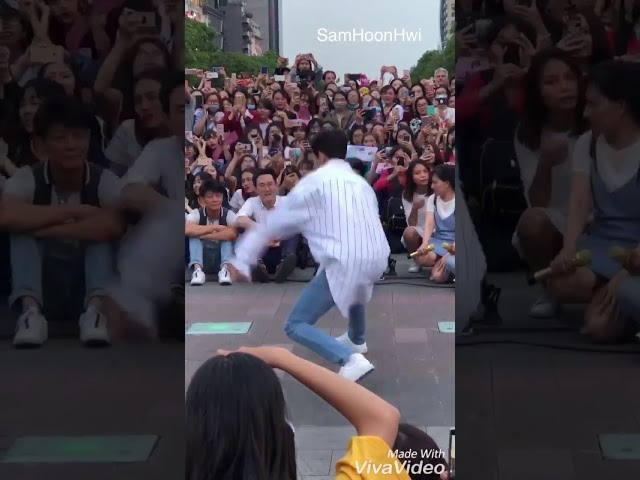 Hoàng tử lai Samuel nhảy sixteen trước mặt fan Vietnam