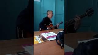 Учитель технологии поет песни про войну