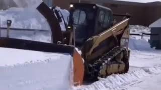 Трактор убирает снег. Снегоубороч…